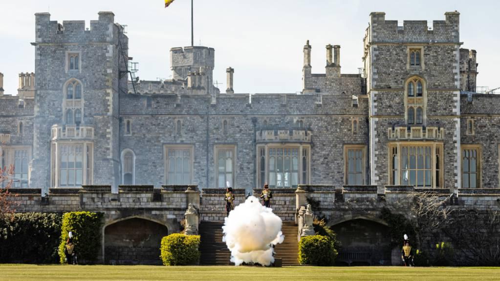 Soldaten der Royal Horse Artillery geben auf dem East Lawn von Schloss Windsor einen Salutschuss ab, um den Beginn der nationalen Schweigeminute zu Ehren des verstorbenen Prinzen Philip zu markieren.
