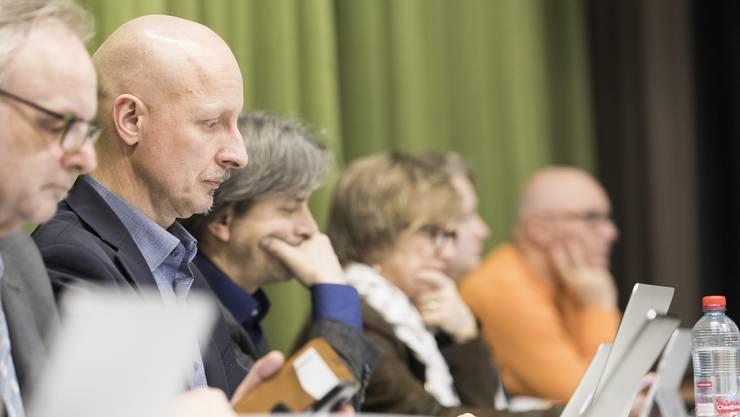 Stadtrat Stefano Kunz (CVP, zweiter von links) unter Beschuss der SVP. Diese fordert einen Masterplan für die Sanierung der Schlieremer Spielplätze.