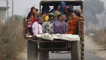 Indische Dorfbewohner fliehen vor der Gewalt in der Grenzregion
