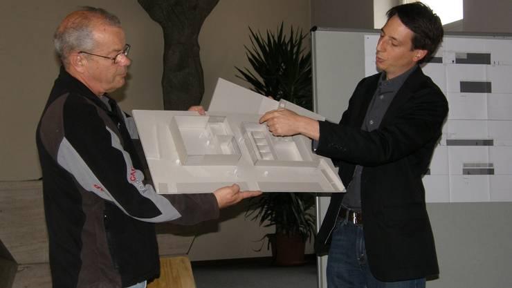 Heribert Galli und Bauverwalter Marcel Wegmann stellen den Einwohnerräten das Vorprojekt vor. (Bild: Jörg Baumann)