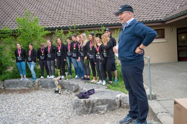 Die Wiederholung des Doubles der Kleinfeld-Damen des Unihockey Clubs Oekingen veranlasste die Gemeinde dazu, eine kleine Meisterfeier anzusetzen.
