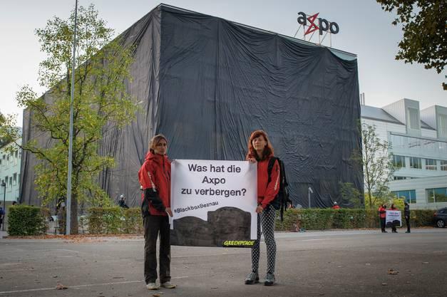 Im Herbst 2016 verhüllt Greenpeace ein Glasgebäude am Axpo-Haupt-sitz in Baden. Der schwarze Stoff soll die – aus der Sicht von Greenpeace – intransparente Kommunikation über den Zustand des AKW Beznau symbolisieren.