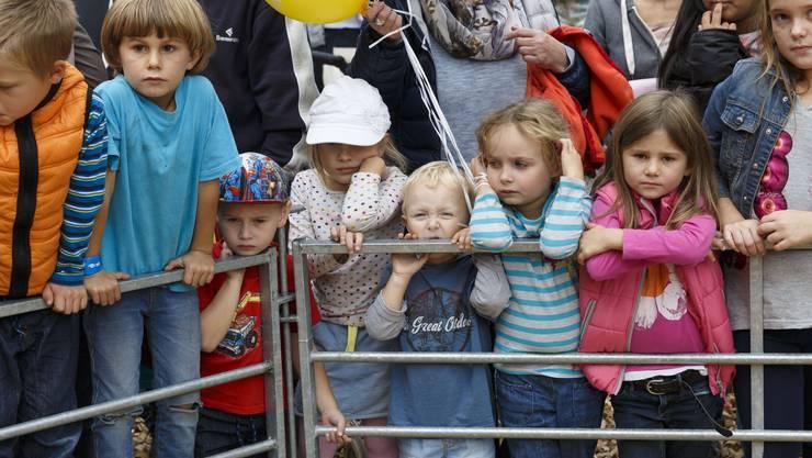 Die Kinder warten gespannt auf das Rennen