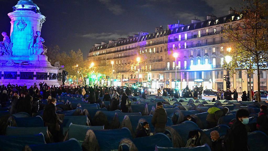 Migranten und Vertreter von Migrantenorganisationen stellen Zelte auf dem Place de la République auf.