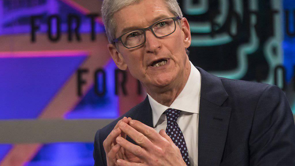 Apple-Konzernchef Tim Cook bekommt für das abgelaufene Geschäftsjahr einen höheren Bonus, weil die Verkäufe des iPhones im Vergleich zum Vorjahr zugelegt haben. (Archiv)