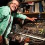 Der Tüftler in seinem Studio: PJ Wassermann vor seinem ARP 2600, einem Analog-Synthesizer aus den späten 1970er-Jahren mit Kultstatus.