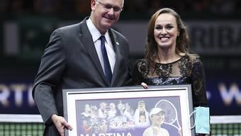 WTA-Chef Steve Simon, hier im Bild mit Martina Hingis, spricht sich für Zusammenschluss der Touren aus