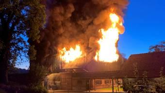 Die Scheune in Grüningen stand in Flammen. Der Sachschaden ist hoch. Verletzt wurde aber niemand.