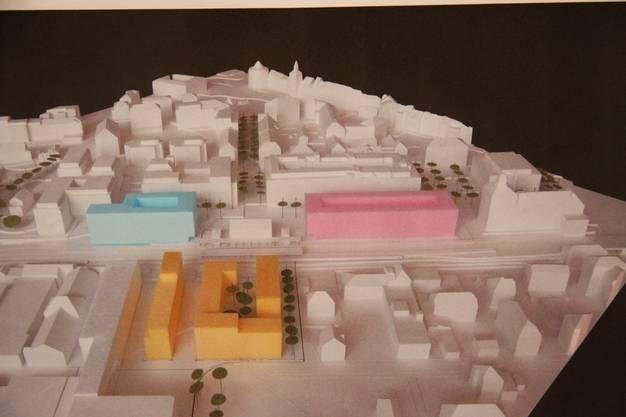 DIe drei farbigen Kuben gruppieren sich um das bisherige Bahnhofgebäude. Zulässig wären maximal sieben Geschosse.