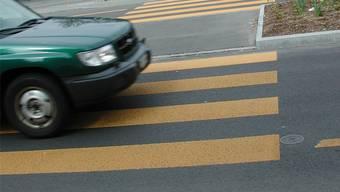Ein Autolenker fuhr beinahe eine Frau um. (Symbolbild)