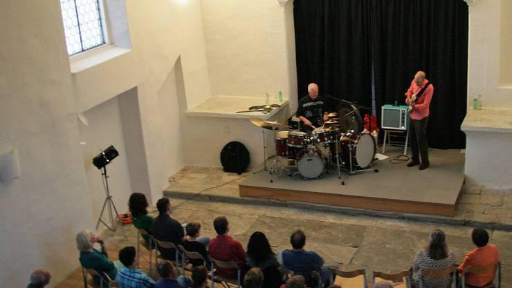 Die Töne der elektrischen Gitarre von Philipp Schaufelberger und die Rhythmen des Perkussions-Künstlers Pierre Favre erfüllen die Kirche in Wohlenschwil. Barbara Scherer