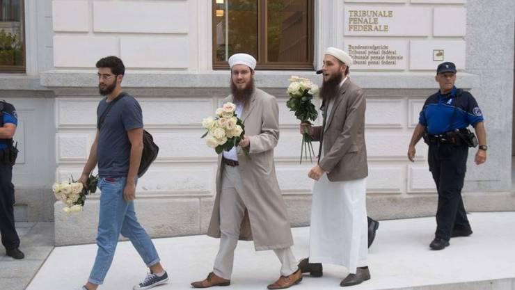 Die IZRS-Vorstandsmitglieder Naim Cherni, Nicolas Blancho und Qaasim Illi (v.l.n.r.) beim Verlassen des Bundesstrafgerichts im vergangenen Juni in Bellinzona. (Archivbild)