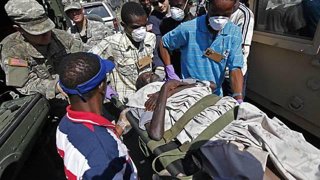 Ein verwundeter Mann wartet auf medizinische Pflege