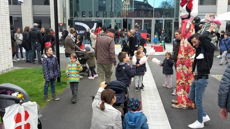 Grosse und Kleine zog es zum Eröffnungsfest ins Aeschbach-Quartier (im Hintergrund die neue Aeschbach-Halle).