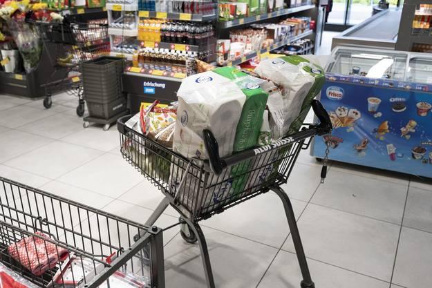 Einkaufwagen wurden mit Klopapier beladen.