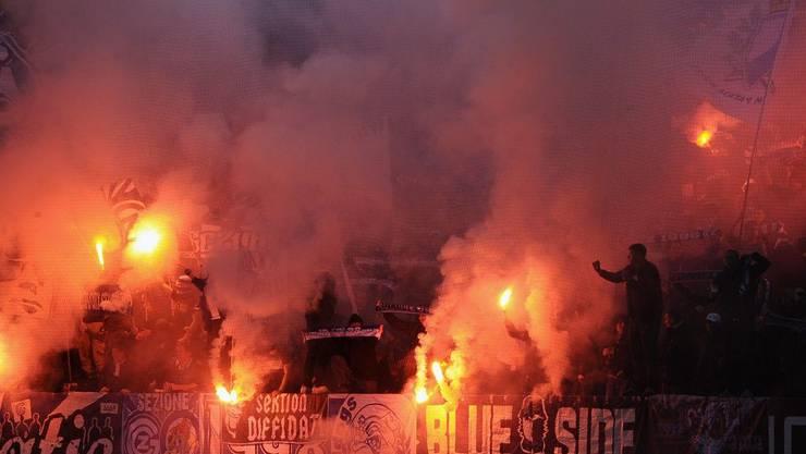 GC Fans zünden Pyros beim Fussball Schweizer Cup Viertelfinalspiel