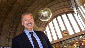 Jürgen Lange ist seit 1998 als Beauftragter für die deutschen Eisenbahnstrecken in der Schweiz auch für den Badischen Bahnhof zuständig, hier in der Schalterhalle. Nicole Nars-Zimmer