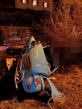Der verunfallte Wagen kam am Bord des Dorfbachs zum Stillstand.