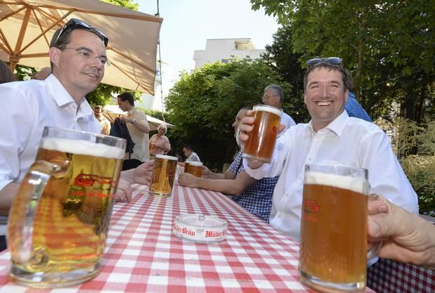 O'zapft is.... SP-Parteipräsident Christian Levrat (rechts) und Michael Braendli (links) persönlicher Mitarbeiter von Bundesrat Alain Berset mit einem kühlen Bier.