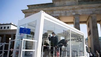 Geheime Dokumente im Glaskasten: Greenpeace macht hinter verschlossenen Türen verhandelte TTIP-Unterlagen der Öffentlichkeit zugänglich. Hier in Berlin im Glaskasten vor dem Brandenburger Tor.