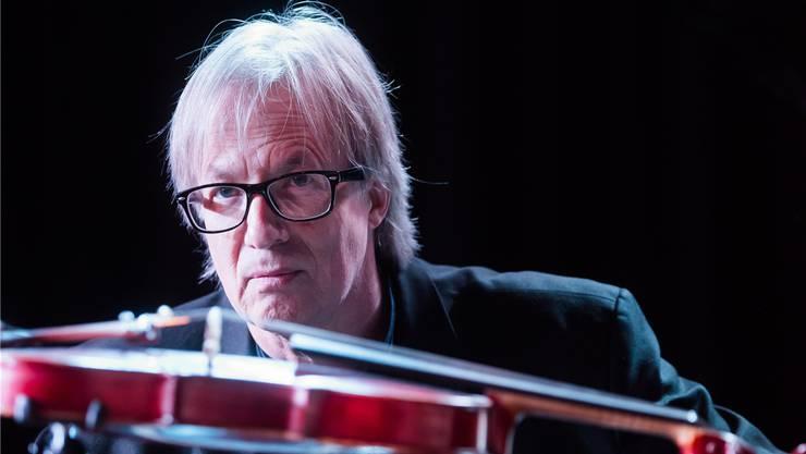 Manchmal klingt er wie zwei Musiker: Günter A. Buchwald aus Freiburg improvisiert am Klavier und an der Geige live zu Stummfilmen aller Genres. Und das nun schon seit fast 40 Jahren.