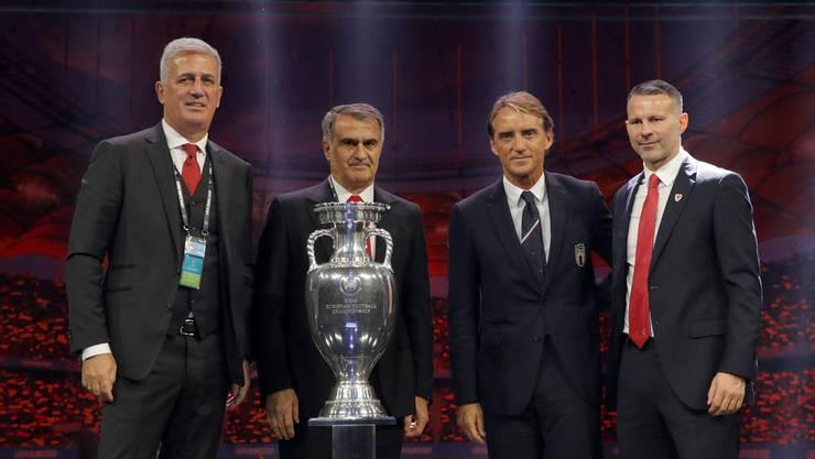 Vladimir Petkovic (links) mit dem türkischen Trainer Senol Günes,dem italienischen Coach Roberto Mancini und Wales' Trainer Ryan Giggs (Bild: key).
