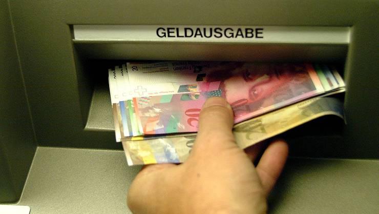 In Grenchen wurde ein Mann geschlagen, der an einem Bancomat Geld beziehen wollte (Symbolbild)