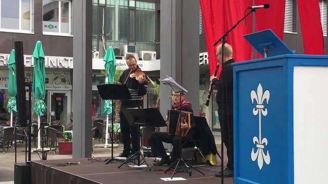 Die Besucher der Limmattaler 1.-Mai-Feier singen «Die Internationale»
