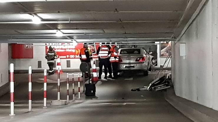 Ein 86-jähriger Lenker krachte am Samstagmorgen geradeaus in die Mauer im zweiten Untergeschoss.