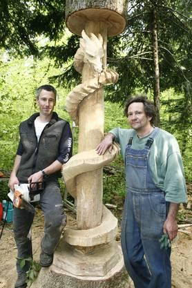 Phantasievoll: Christoph Burkhardt (links) und Thomas Hofstetter mit der Drachenschlange. Die Idee für die Skulptur hatten Christoph Burkhardts Kinder. (Bild: niz)