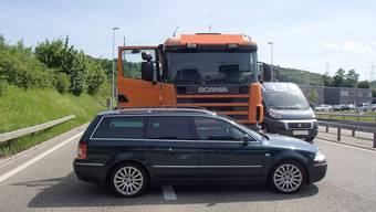 Sattelschlepper und Auto kollidieren vor Grenzübergang Rheinfelden