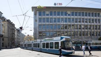 Hauptsitz der UBS am Zürcher Paradeplatz: Angestellte können sich ihre Temperatur nun freiwillig und alleine messen.