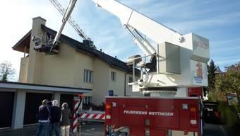 Die Feuerwehr von Wettingen zeigt vollen Einsatz bei der Montierung der Nisthilfen für die Mauersegler