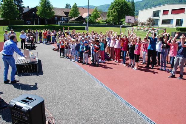 Gemeindepräsident Marcel Allemann lässt eine Welle starten für die Leute vom Bau