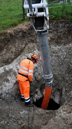 Das Loch wird nun vom überschüssigen Material befreit, in dem es abgepumpt wird. Anschliessend werden Archäologen und Höhlenforscher die Situation untersuchen.