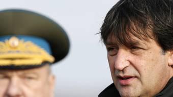 Der serbische Verteidigungsminister Bratislav Gasic (rechts) muss wegen einer sexistischen Bemerkungen seinen Posten räumen. (Archiv)
