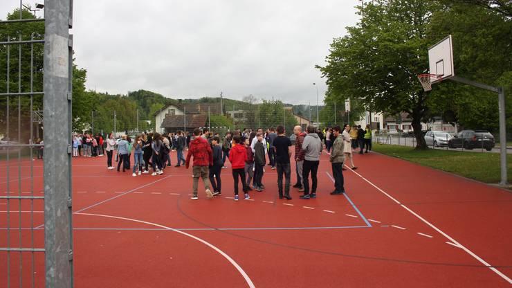 An der Sekundarschule Birmensdorf-Aesch fand eine unangekündigte Evakuationsübung statt. Die Feuerwehr war ebenfalls mit einem Aufgebot vor Ort. Es wurde auch die Rettung aus dem ersten Stock mit einer Leiter geübt.