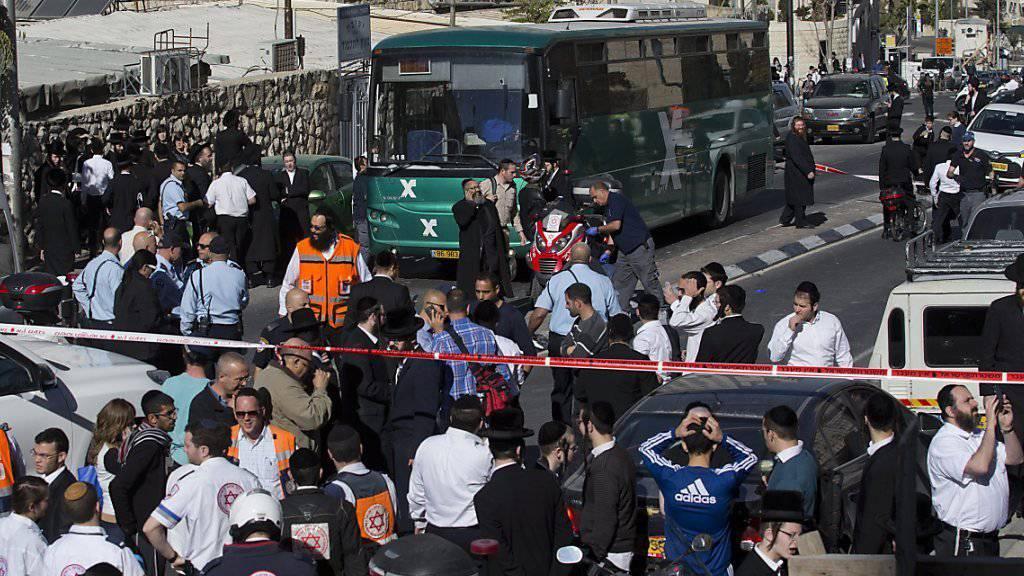 Sicherheitskräfte riegeln den Ort ab, an dem am Sonntag eine Israelin in einem Bus niedergestochen wurde. Ein verdächtiger Palästinenser wurde festgenommen. Bei späteren Zusammenstössen erschossen Polizisten einen 17-jährigen Palästinenser, der einen Brandsatz gezündet haben soll. (Archivbild)