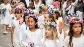 Sehen so gestresste Schülerinnen aus? Für die Kinder bedeutet das Jugendfest viel Programm – und Freude. Bild: Alex Spichale