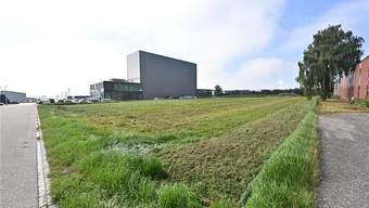 Eines der Objekte: Der Gemeinderat möchte langfristig das rund 7000 Quadratmeter grosse Grundstück in der Industrie verkaufen.