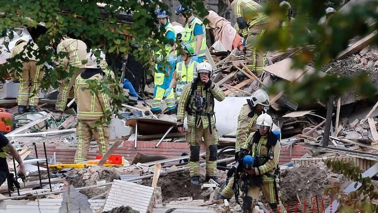 Die Einsatzkräfte suchen in den Trümmern nach den Opfern.