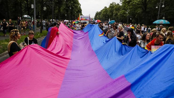 Auch heftiger Regen konnte die gute Laune an der Parade zum Christopher Street Day in Berlin nicht trüben.