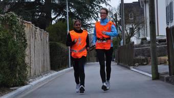 Janina Schäli (links) sieht nur fünf Prozent. Beim Joggen verlässt sie sich auf die Anweisungen von Claudia Jung, mit der sie über einen Bändel an der Hand verbunden ist. Das braucht viel Vertrauen.