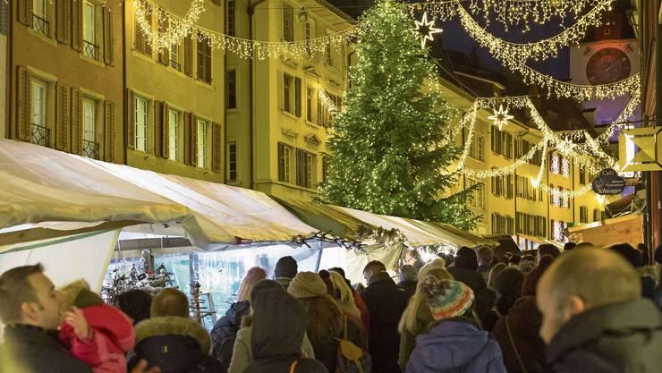 Der Christchindlimärt in Bremgarten hat nicht nur ein tolles Angebot an Marktständen, sondern ist auch schön weihnachtlich dekoriert mit diversen Lichtergirlanden und Tannenbäumen.Bild: Raphael Hünerfauth