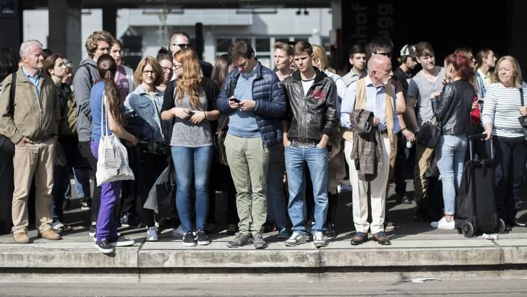Pendlerchaos: An den Gleisen stehen hunderte Wartende