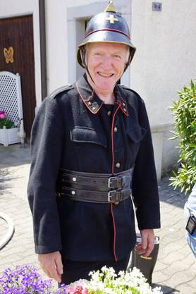 Heinz Roth, ehemaliger Feuerwehrkommandant und Mitbegründer der Feuerwehrvereinigung Birmensdorf mit einer Uniform aus den Jahren 1910 - 1930