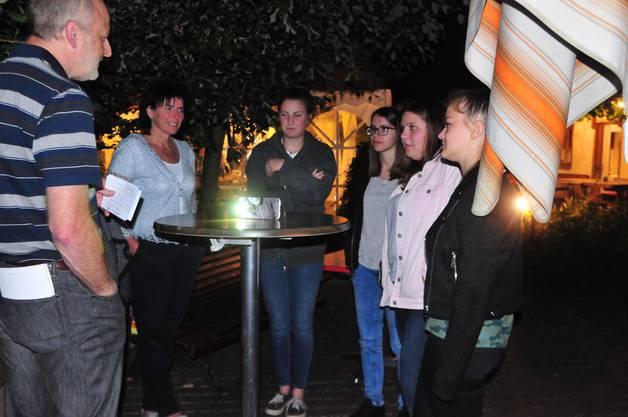 Lauschiges Plätzchen: Beim Forellenteich in Herbetswil nahm Gemeindepräsident Manfred Zimmerli die Gelöbnisabnahme vor.