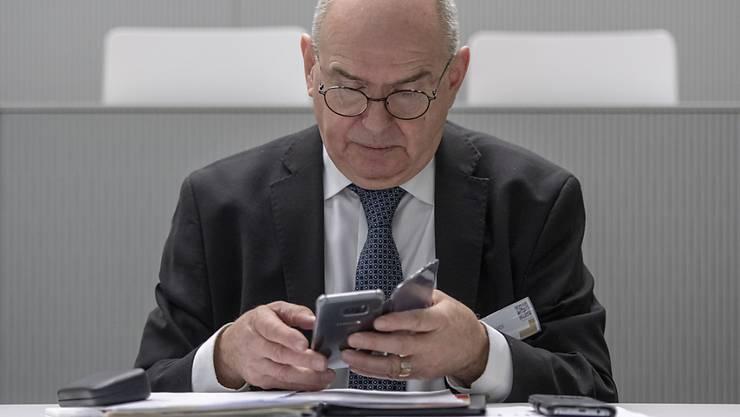 Hat genug vom Blättern: Bundesgerichtspräsident Ulrich Meyer lanciert in Luzern das Digitalisierungsprojekt Justitia 4.0 für die Schweizer Justiz.