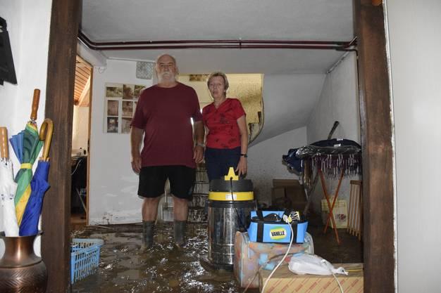 Nicht einmal auspacken konnten sie. Brigitta (56) und Peter Ebinger (65) sind am Samstag aus ihren Ferien zurückgekommen. Wenige Stunden später liegen sie wieder auf einem Hotelbett – und können nicht einschlafen. Was passiert ist, hat sie aufgewühlt und schockiert. Schlamm und Geäst haben Besitz von ihrem Zuhause genommen, haben das Haus beschädigt, in dem sie bereits seit 26 Jahren leben. Dort zu wohnen, ist momentan unmöglich.