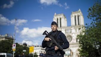 Ein Polizist sichert den Platz vor der Kathedrale von Notre Dame nach der Attacke vom 6. Juni. Der Chefermittler stuft sie mittlerweile eindeutig als Terroranschlag ein.